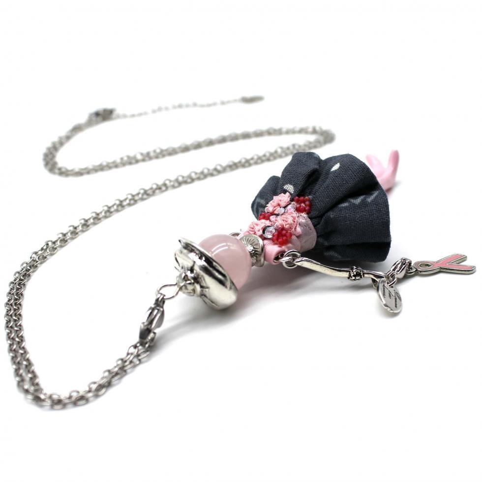 Collier tendance poupée Elaia-Octobre rose  Murmures d'une charmeuse   bijoux fantaisie  collier personnalisé  sautoir poupée  collier poupée   lithothérapie  pièce unique   bijoux artisanaux   talisman  bijoux fantaisies   bijoux personnalisé  collier fantaisie