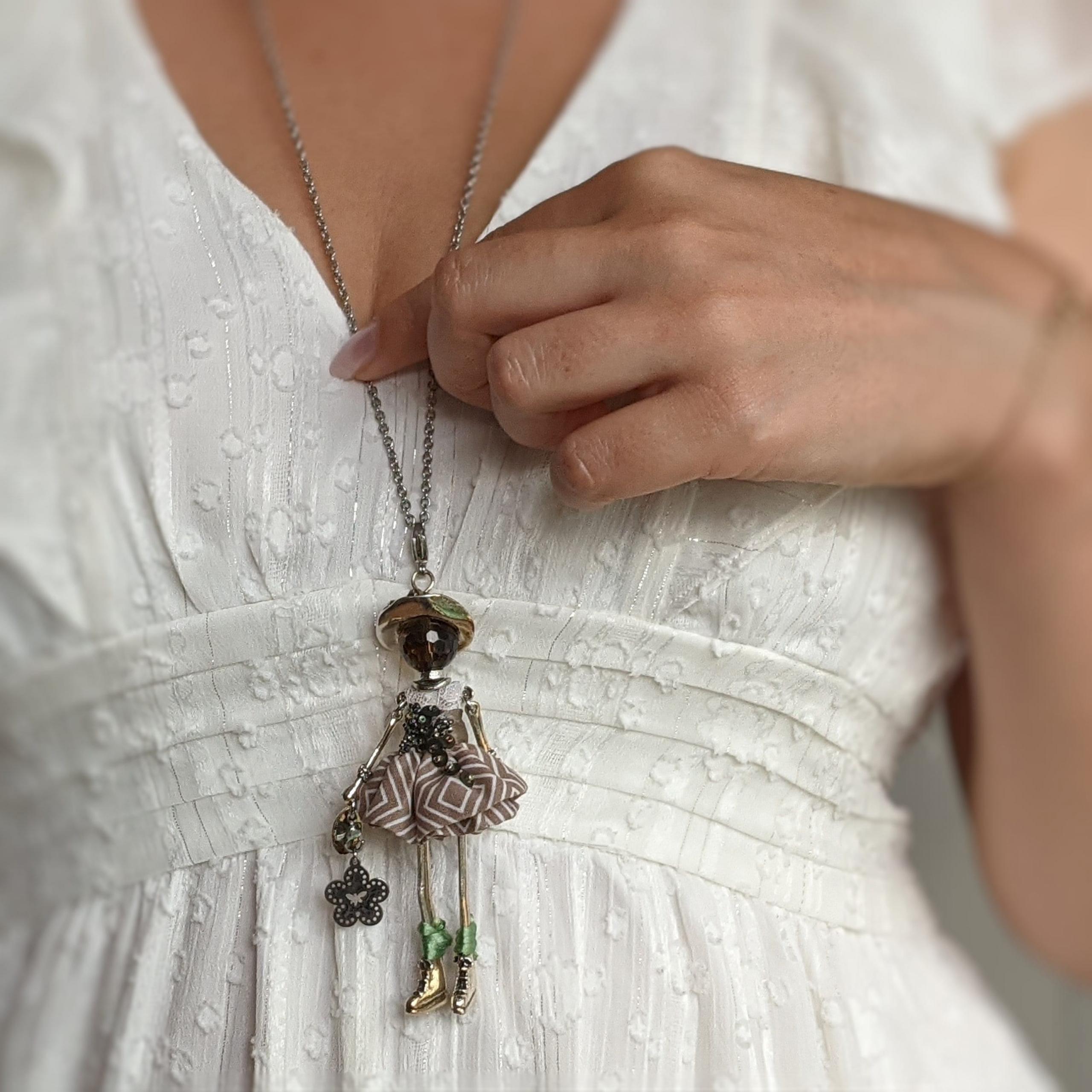murmures d'une charmeuse | bijoux femme |bijoux de créateurs | pendentifs poupées |collier poupée | collier femme |collier pierre |lithotérapie